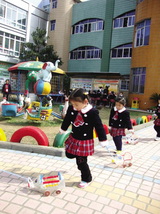 这样的自制玩具在市第一幼儿园随处可见